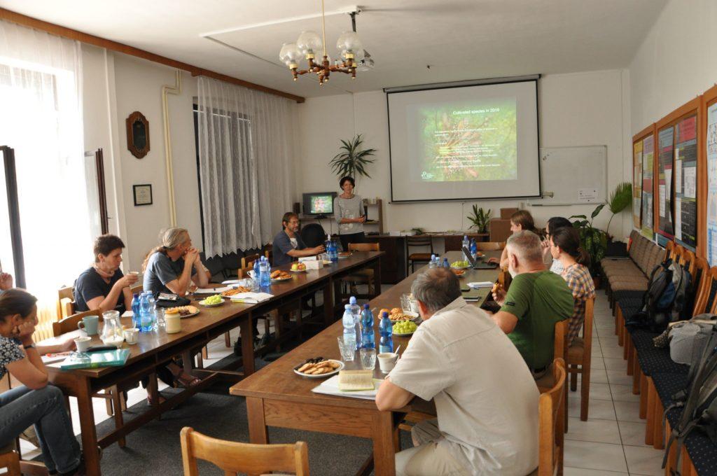 Jednání probíhalo v zasedací místnosti Botanického ústavu, v.v.i.